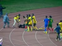 Футболисты напали на рефери во время матча, но тот стал защищаться угловым флажком