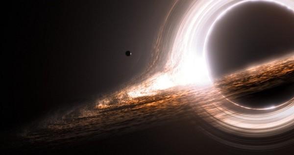 Черная дыра вращается с огромной скоростью