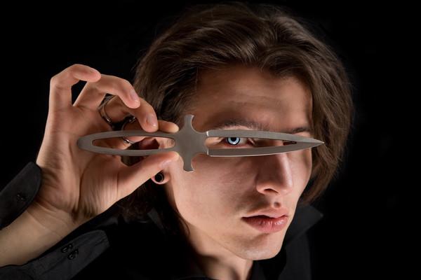 Нож для метания легко узнать по металлической рукоятке