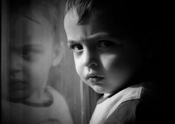 Наблюдай за поведением своего ребенка, чтобы не пропустить признаки аутизма