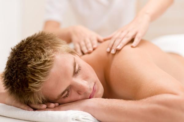 Начните с массажа плечей и плавно опускайтесь ниже