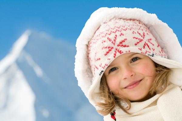 Если у ребенка краснеют, зудят и отекают открытые участки тела, возможно, у него аллергия на холод
