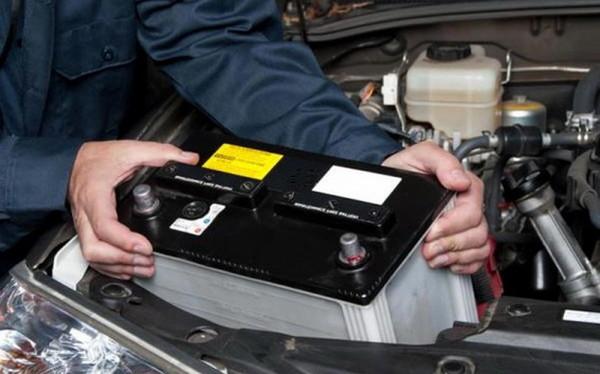 У жительки Голої Пристані невідомий викрав акумулятор прямо із машини