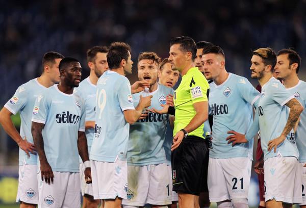 Игроки Лацио спорят с арбитром по поводу удаления Чиро Иммобиле