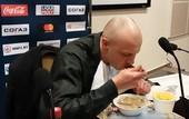 Белорусский журналист съел газету, дав неверный прогноз о выходе команды в плей-офф