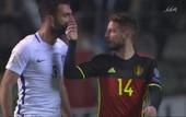 Полузащитник сборной Бельгии двумя пальцами решил перекрыть воздух сопернику