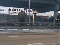 В России мужчина на остановке прыгал на скакалке, чтобы не замерзнуть