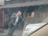 Будни мэра: Кличко одной левой толкает машину в центре Киева
