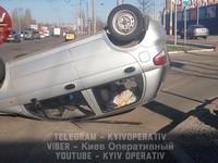 В Киеве перевернулась легковушка: есть пострадавшие