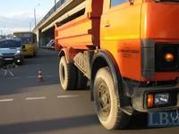 В Киеве грузовик коммунальщиков насмерть сбил женщину