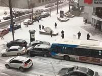 Гололед превратил дорогу в Канаде в автобоулинг