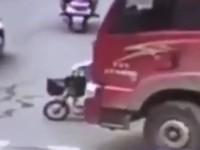 Мотоциклистка попала под фуру и осталась невредима