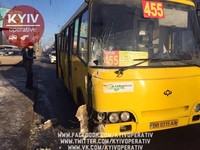 В Киеве спешивший куда-то по встречке микроавтобус протаранил маршрутку