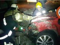 В Киеве Opel атаковал столб, водитель выжил