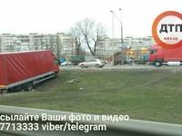В Киеве автохам на грузовике решил срезать и застрял в яме