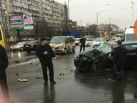 В Киеве легковушка влетела в маршрутку: есть пострадавшие