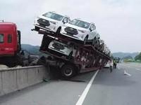 В Китае автовоз с легковушками завис над 150-метровым обрывом
