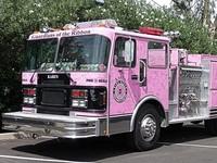 Розовый грузовик и еще четыре странных пожарных машины