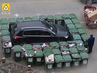 Дворник отомстил водителю, заблокировав авто 40 мусорниками