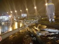 Масштабное ДТП в Киеве: легковушка снесла электроопору, есть пострадавшие