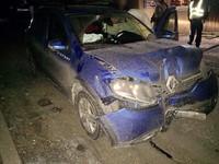 В Киеве мужчина угнал и разбил о дерево Renault