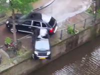 Гонка между Porsche и катером закончилась падением в канал ... Smart