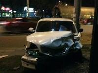 Жесткое ДТП в Киеве: автомобиль вылетел с дороги и разбился о столб