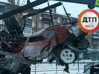 ДТП в Киеве: машину разорвало на части от удара об отбойник