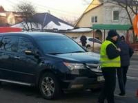 В Киеве внедорожник едва не убил трех школьниц на переходе