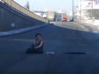 В Киеве полураздетая женщина каталась по дороге и билась головой об асфальт