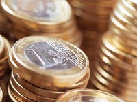 Евро движется к паритету с долларом