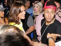 Неймар потусил с подругой в клубе в честь победы сборной Бразилии