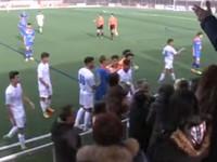Футбольный матч между подростками закончился дракой игроков со зрителями