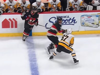 Хоккеист едва не отрубил палец своему сопернику
