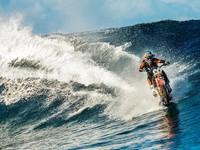 За гранью реальности: Австралиец на мотоцикле покорил океанские волны