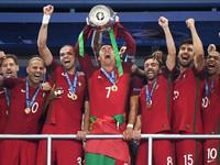 В сети появилось видео речи Роналду в раздевалке после победы на Евро
