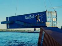 Вейкбордисты прокатились по водной трассе, построенной из контейнеров