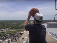 В США видеоблогер закинул баскетбольный мяч в кольцо с небоскреба