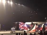 Мотоцикл упал на фаната после неудачного трюка во время мотошоу