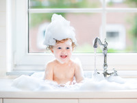 Как часто купать ребенка: мнение врачей