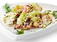 Рождественский салат из копченой форели с сухариками