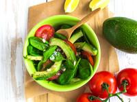Постный салат из авокадо, помидоров и шпината