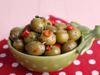 Маринованные оливки с чесноком и зеленью