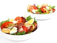 Весенний салат с беконом и помидорами