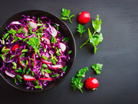 Весенний салат из капусты и редиса