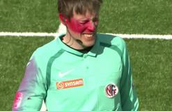 Болельщик во время матча балончиком закрасил лицо арбитру