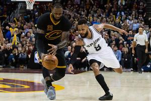 НБА: Сан-Антонио разгромил Кливленд, Оклахома вырвала победу у Далласа
