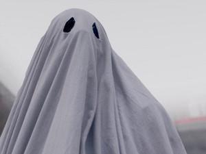 Кейси Аффлек сыграл призрака в простыне