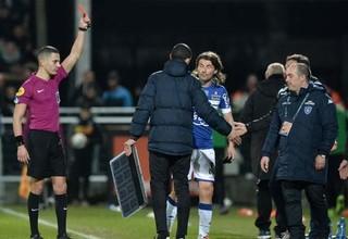 Французский футболист получил красную карточку за выбитое из рук судьи табло