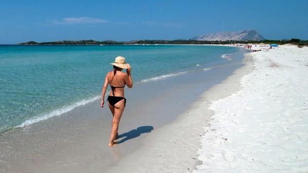 На многих пляжах Сардинии стоят предупредительных знаки - не красть песок